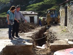 La Alcaldesa de Cabezón de la Sal, Esther Merino y el  Pedáneo de Carrejo y Santibáñez, Manuel González observan los trabajos en Santibáñez