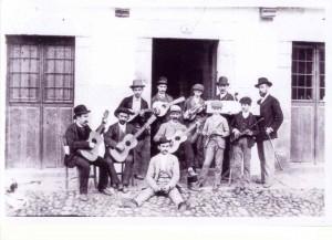 Profesor de música y alumnos. Plaza de la Fuente (1884)