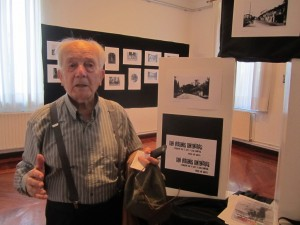 D. Ricardo Aguirre en la exposición (Copiar)